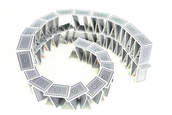 2.现在,我们要在地基上铺上一层砖头,注意每块砖头之间的距离相等。  3.有了前面两步的经验,接下来就容易多了。在砖头上选择一个地点,再搭建一层,用搭地基的方法。  4.最后一步,搭斗兽场的屋顶。重复第二步的动作,轻轻地平铺一层扑克牌。耶~~成功了!  温馨提示: 1.在选择扑克牌的时候,颜色可以偏深一些,让斗兽场更显沧桑斑驳的样 2.